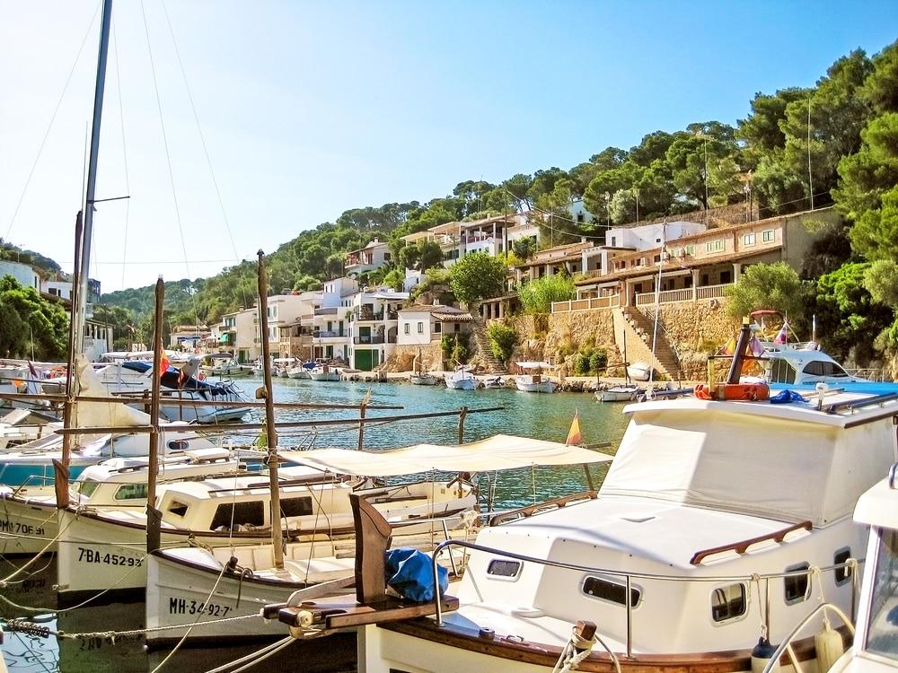 Detalle de yaguts o embarcaciones mallorquinas en Cala Figuera
