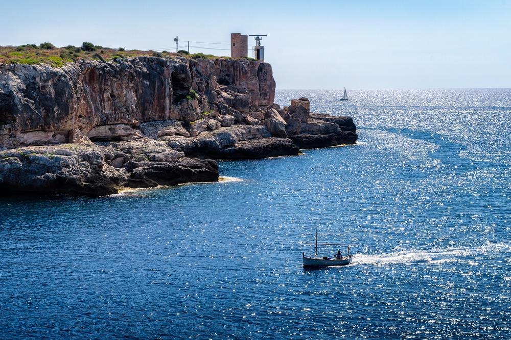 Cala Figuera, al fondo torre d'en Beu y Faro