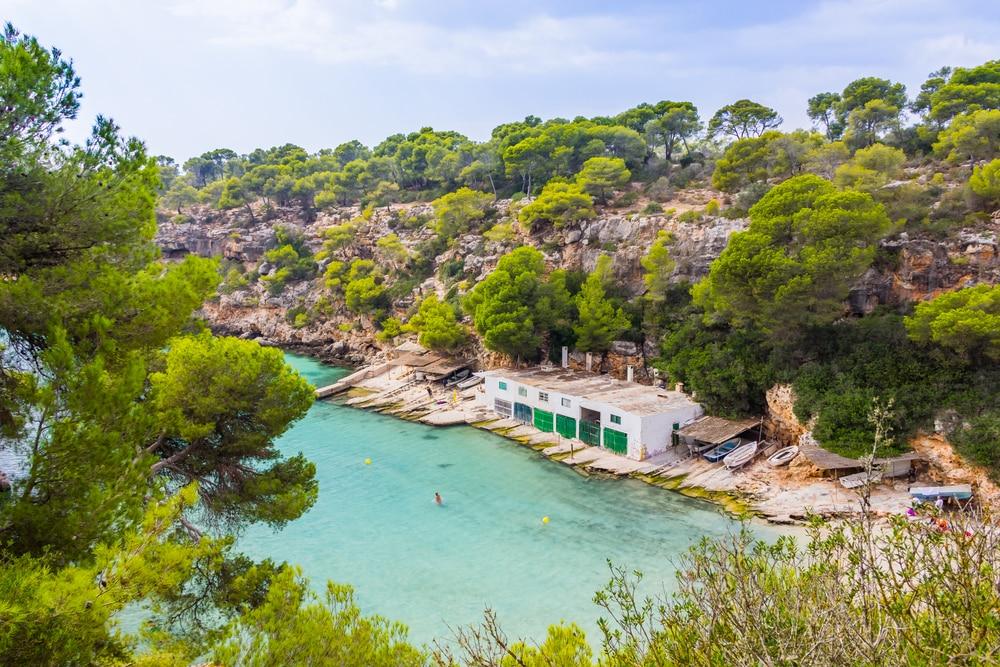 Detalle de casitas de pescadores y playa en Cala Pi, Mallorca, Islas Baleares