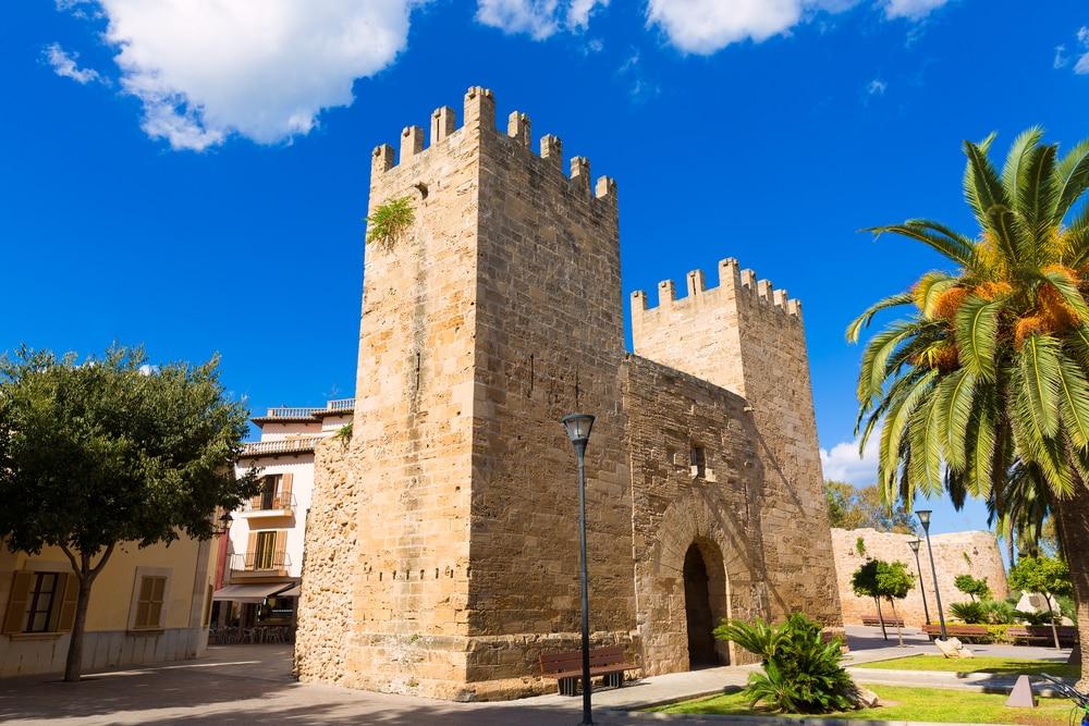 Detalle de Puerta des Moll en casco histórico en Alcudia, Mallorca