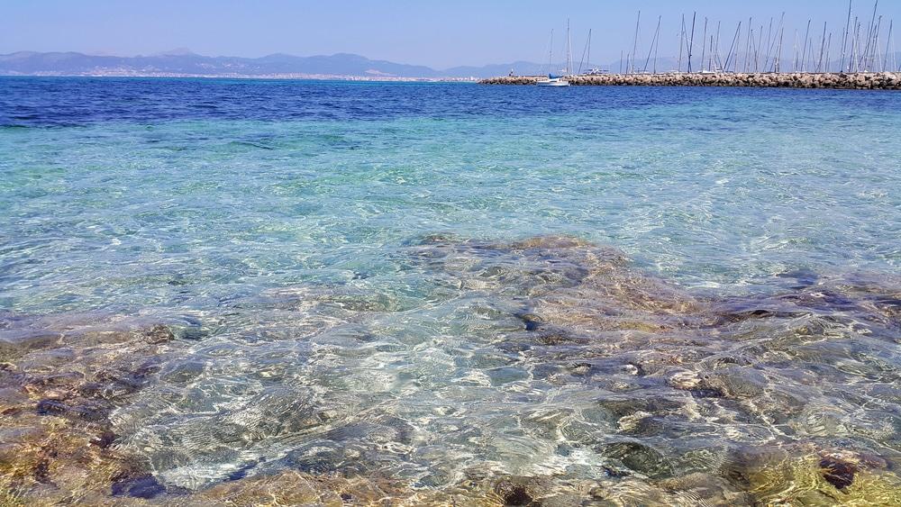 Detalle de aguas cristalinas en Mallorca
