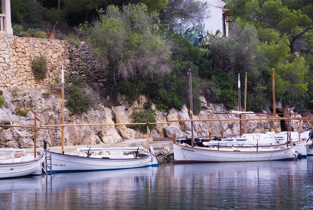 Detalle Yauts/llauts, embarcaciones mallorquinas en Cala Figuera