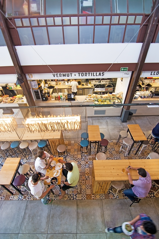 Mercado de San Juan. Gente comiendo en uno de los puestos