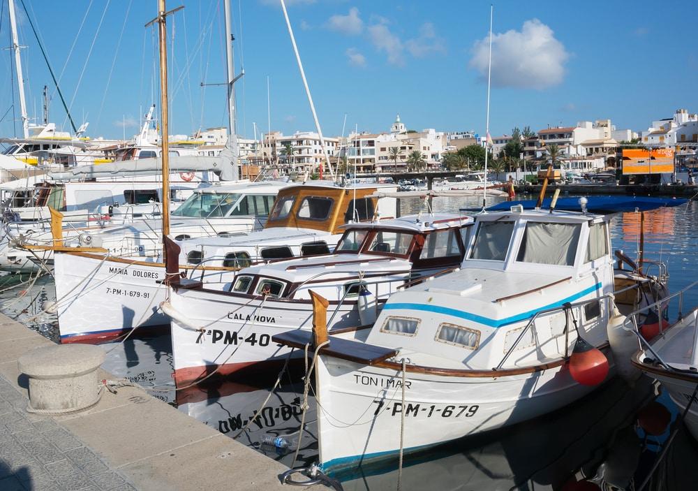 Embarcaciones mallorquinas, llauts, en Cala Ratjada, Mallorca