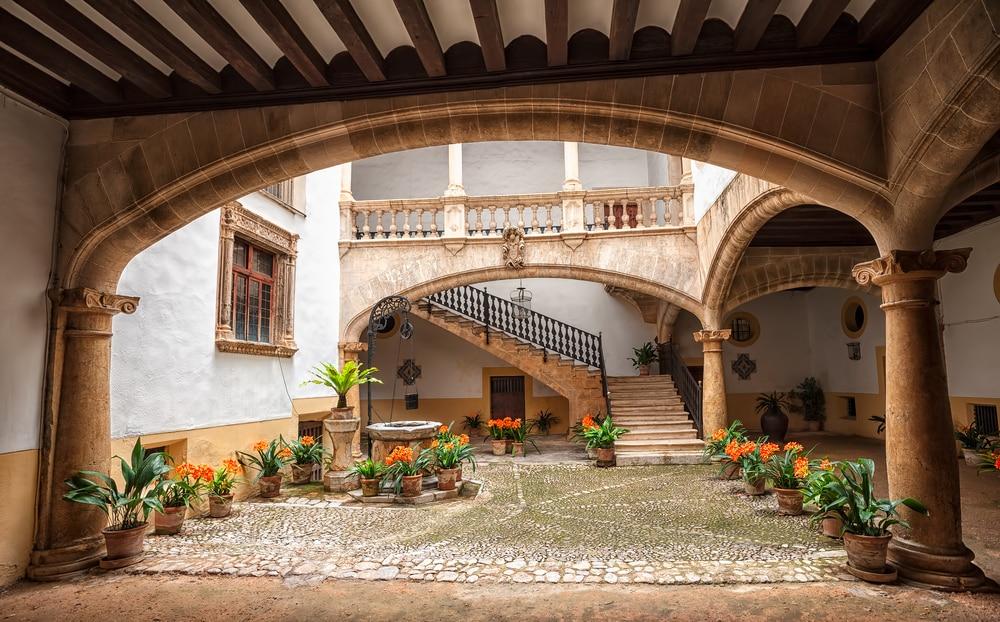 Detalle de un patio decorado con macetas en casa señorial Palma de Mallorca