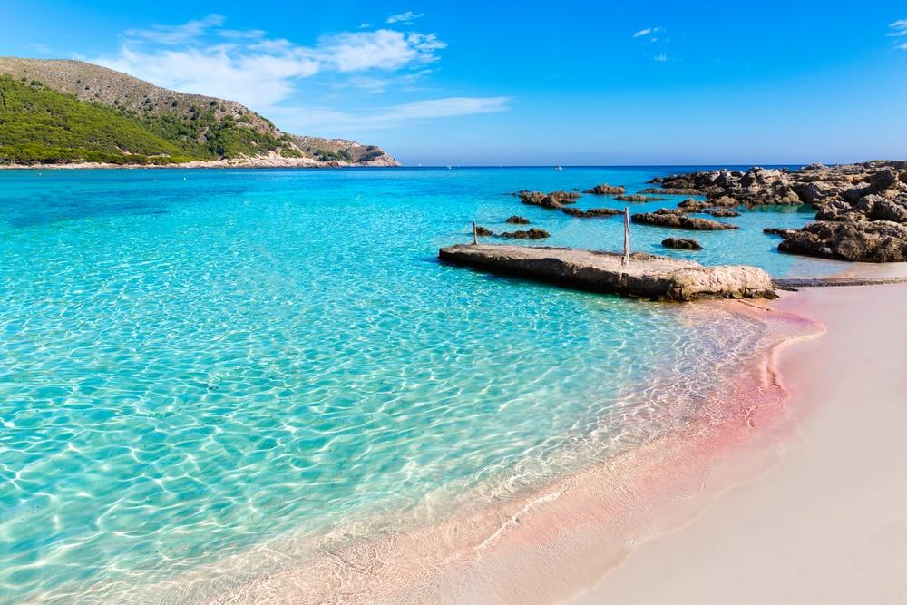 Detalle de aguas turquesas en Cala Agulla, Ratjada en Mallorca