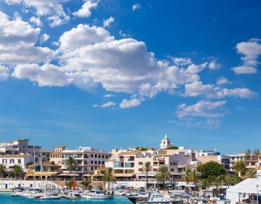 Puerto con barquitas típicas mallorquinas en Cala Ratjada, Mallorca