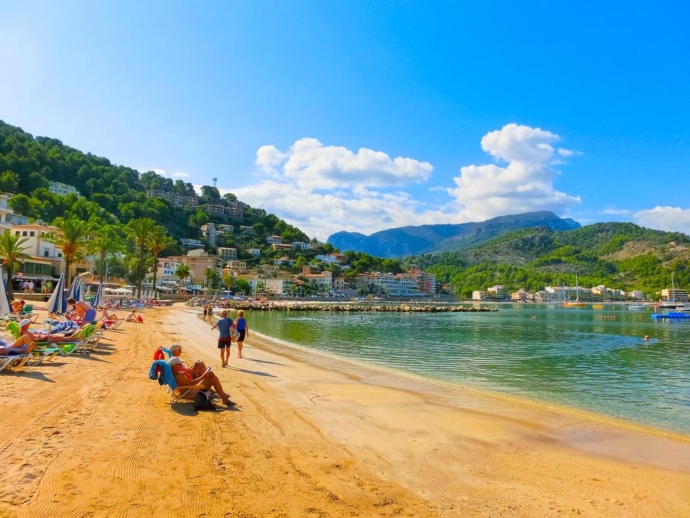 Vistas de la playa y Puerto de Sóller en Mallorca