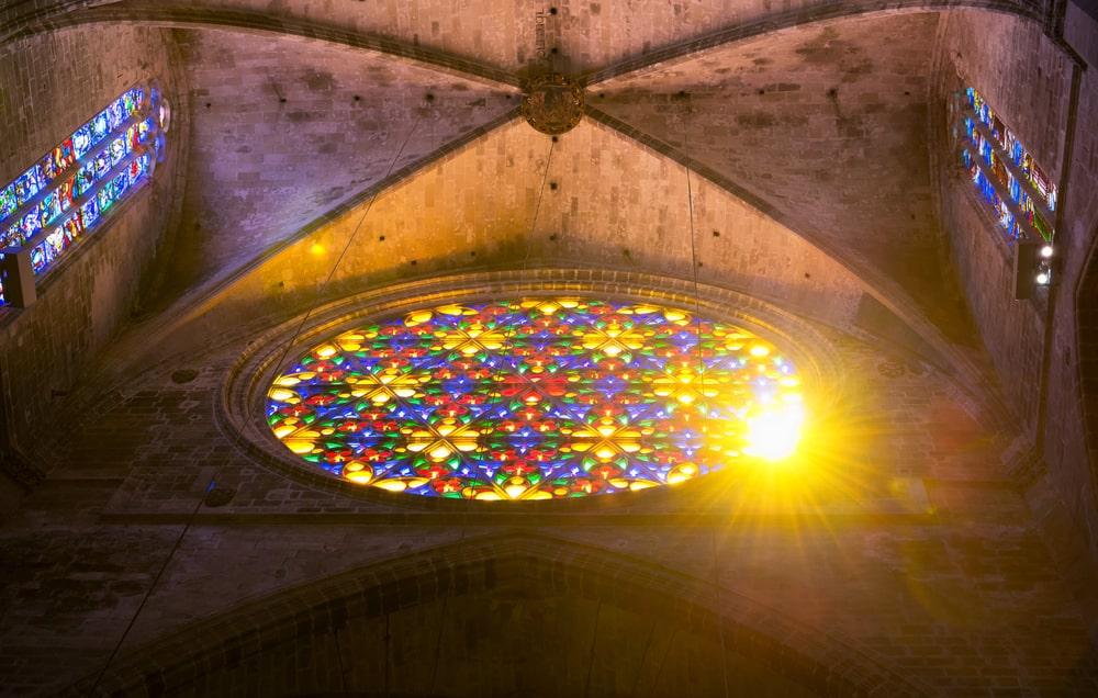 Interior del Rosetón de la catedral de Palma de Mallorca, entrando luz por él