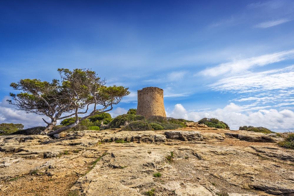 Torre atalaya medieval en Cala Pi, Mallorca,Islas Balerares