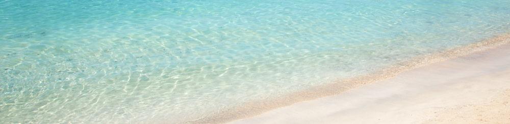 Detalle aguas azules y cristalinas arena blanca en Mallorca
