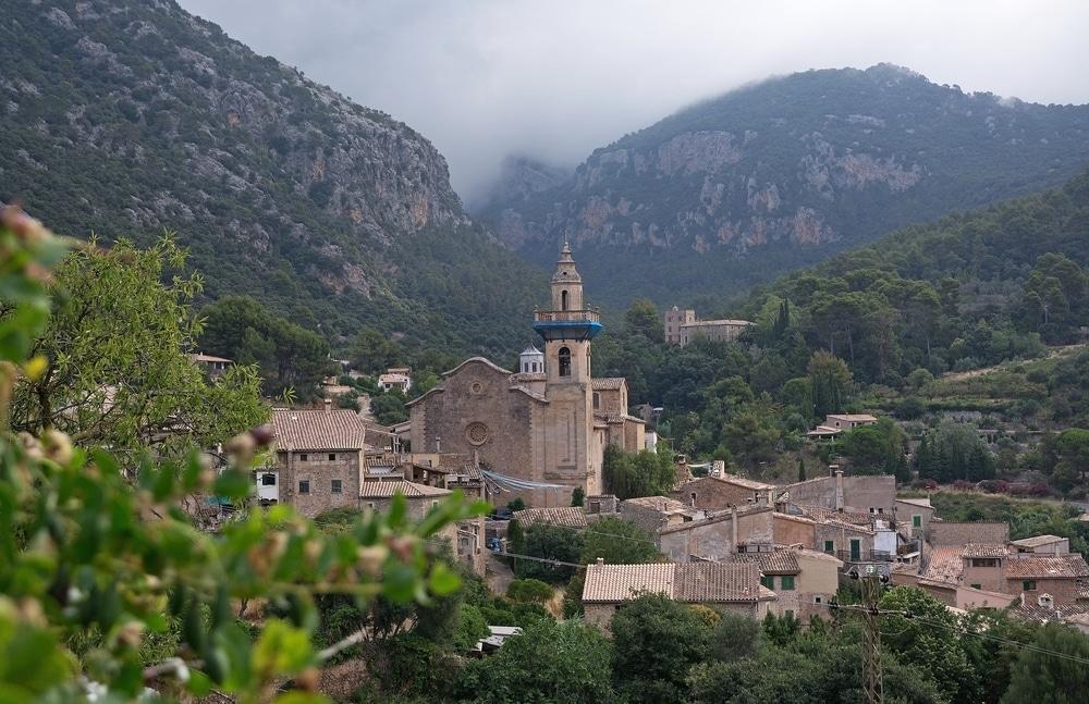 Vista panorámica del pueblo de Valldemosa en Sierra Tramontana, Mallorca