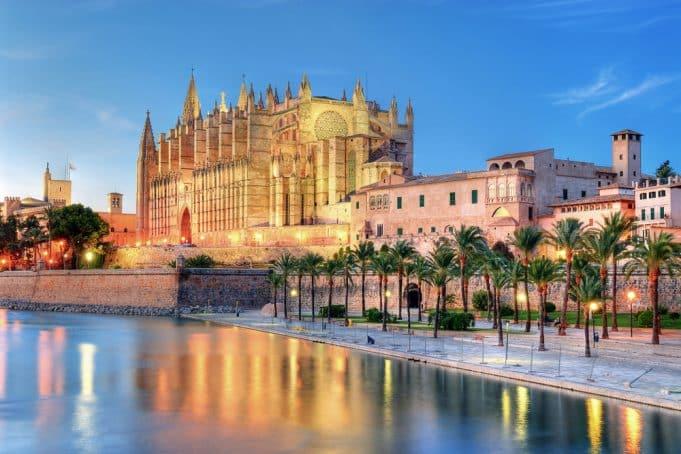Vista general catedral de Palma de Mallorca anocheciendo