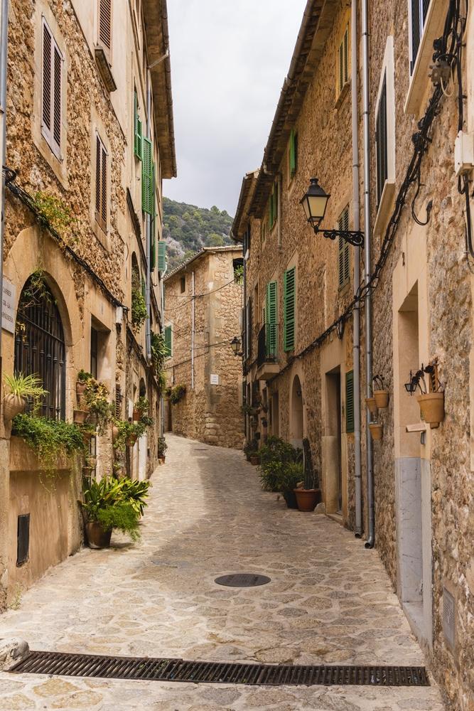 Calle empinada y fachadas de casas en Valldemosa, Mallorca
