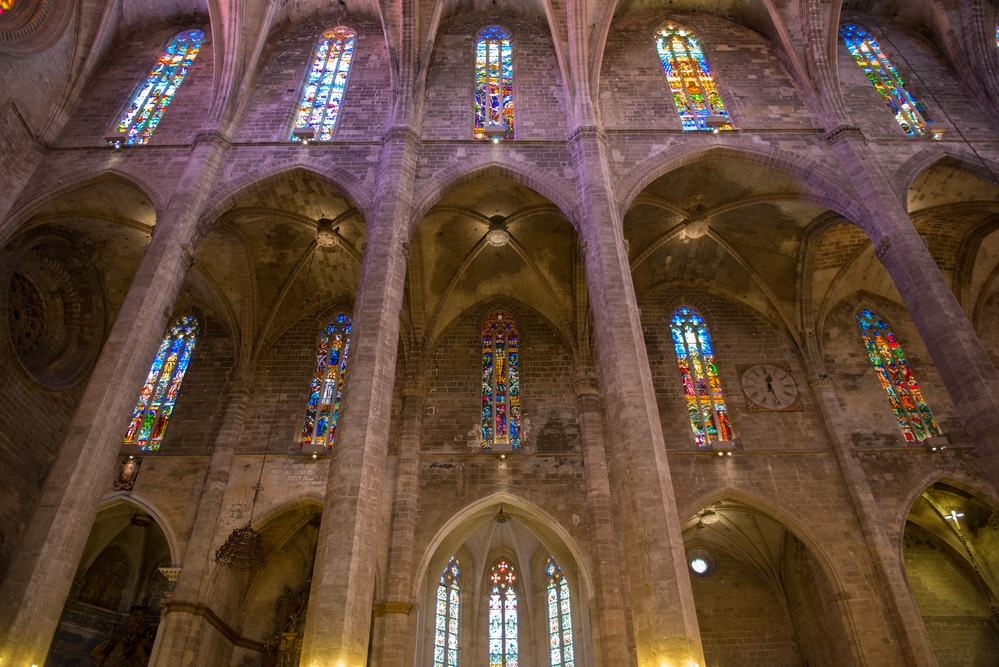 Detalle de interior y vidrieras de la Catedral La Seu, Palma de Mallorca